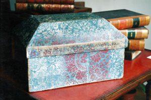 Boite à couture du 18ème siècle en carton et papier dominoté