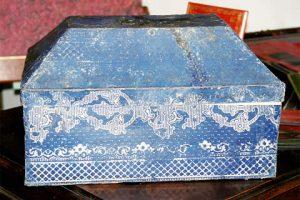 Boite à couture ancienne en papier dominoté après restauration