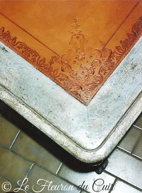 Gainerie d'ameublement : pose d'un cuir sur un bureau 19e