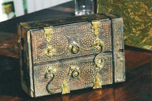 Restauration du cuir et de la dorure d'un coffret Renaissance