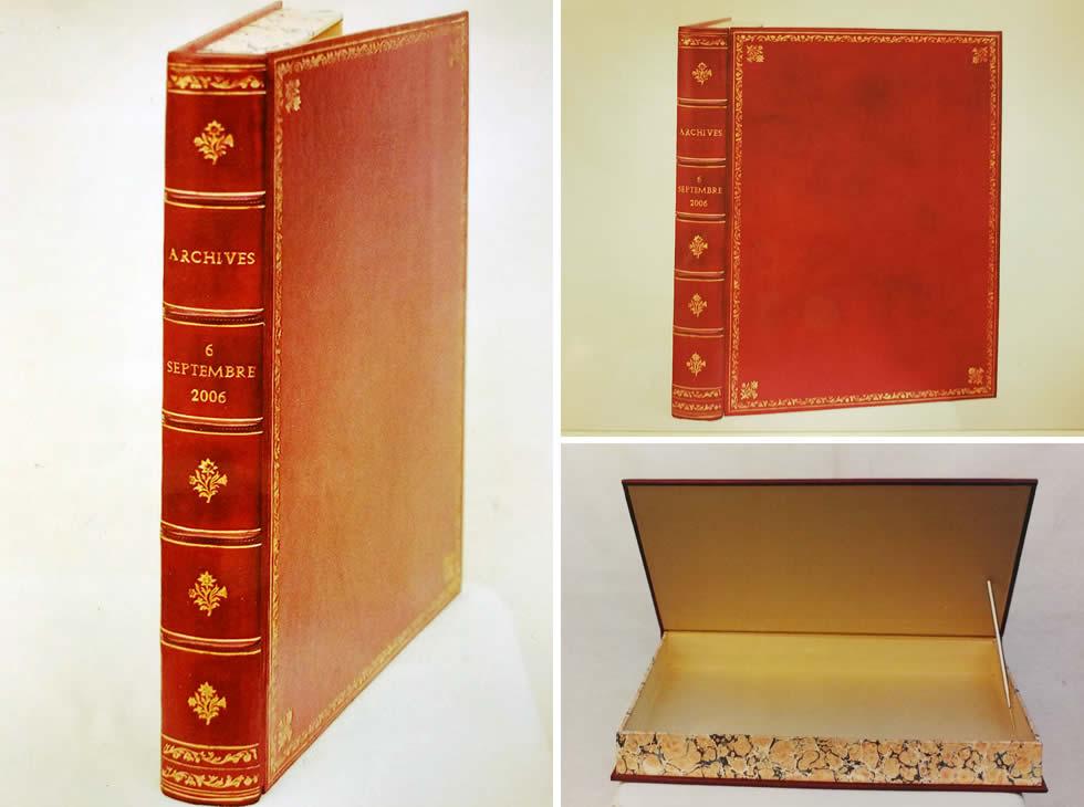 Boite d'archives plein cuir en forme de livre