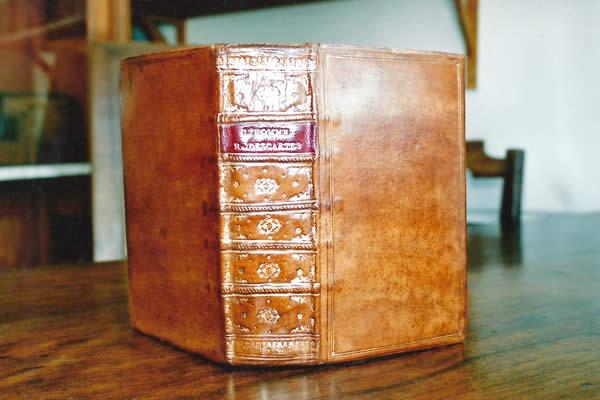 Restauration de la reliure d'un livre ancien broché