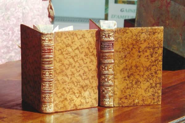 Restauration de la couvrure d'un livre ancien du 18ème siècle