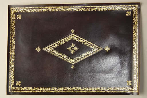 Restauration d'un cuir ancien pour une petite table à écrire