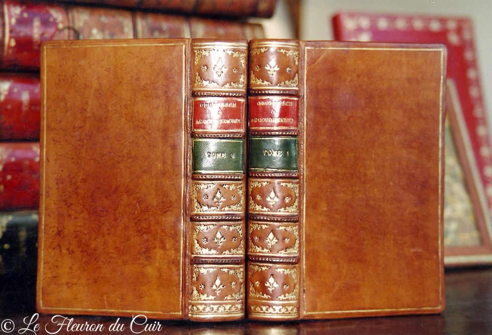 Restauration de la reliure d'un livre ancien de médecine
