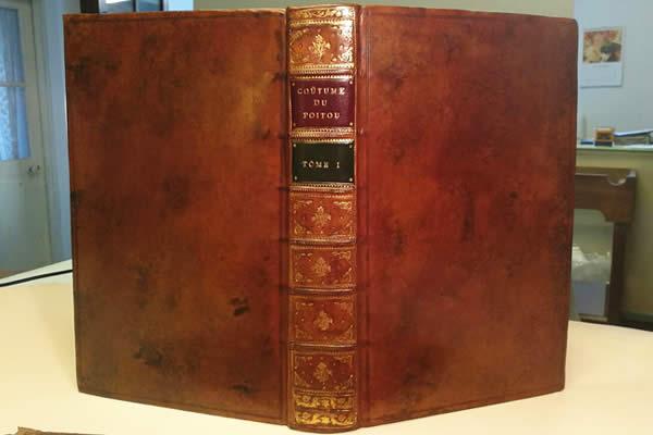 Restauration de livres anciens sur les us et coutumes du Poitou