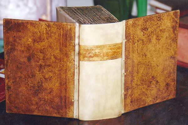 Restauration d'un livre ancien demi dos en parchemin