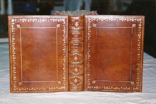 Restauration et reliure d'un livre ancien sur les antiquités